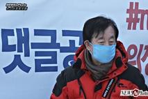 [NEWSinPhoto] 김성태 자유한국당 원내대표가 단식 투쟁 3일째를 맞았다 …. 20180504 국회 본청 앞 계단.