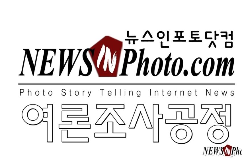 [NEWSinPhoto]문대통령 국정운영 '잘한다'33,2, '잘못한다'46,8,'보통'19,3....5월8일,팬앤마이크, 설문조사.