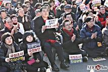 [NEWSinPhoto뉴스인포토]황교안, 자연스런 배려의 리더십!.....20191214.한국당.광화문규탄대회현장에서.